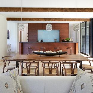 Inspiration för en stor rustik matplats med öppen planlösning, med beige väggar, ljust trägolv, en standard öppen spis och en spiselkrans i sten