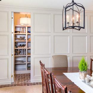 Inspiration pour une salle à manger ouverte sur la cuisine traditionnelle de taille moyenne avec un mur gris, un sol en brique, aucune cheminée et un sol rouge.