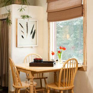 Idee per una piccola sala da pranzo aperta verso la cucina contemporanea con pareti bianche, pavimento in linoleum e pavimento marrone