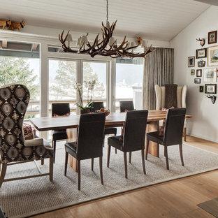 Modelo de comedor escandinavo, grande, abierto, con suelo de madera clara, chimenea lineal y marco de chimenea de metal