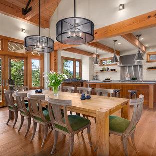 Foto de comedor de cocina rural, de tamaño medio, sin chimenea, con paredes beige, suelo de madera en tonos medios y suelo marrón