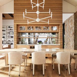 Diseño de comedor de cocina campestre con paredes blancas, suelo de madera en tonos medios y suelo marrón