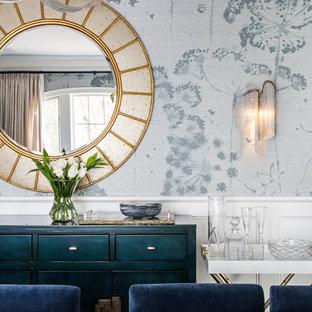 Foto di una sala da pranzo classica chiusa e di medie dimensioni con pareti blu, parquet scuro, nessun camino e pavimento blu