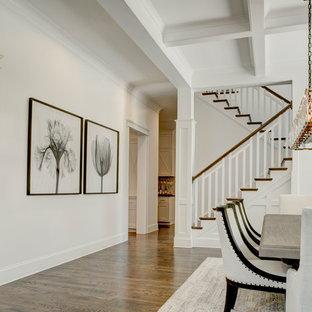 Idee per una sala da pranzo stile rurale chiusa e di medie dimensioni con pareti bianche, parquet scuro e pavimento marrone
