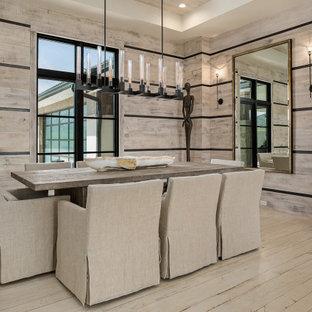 Idée de décoration pour une salle à manger design en bois avec un mur beige, un sol en bois clair, un sol beige et un plafond décaissé.
