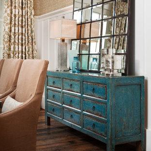 Diseño de comedor rústico, de tamaño medio, sin chimenea, con suelo de madera en tonos medios y paredes beige