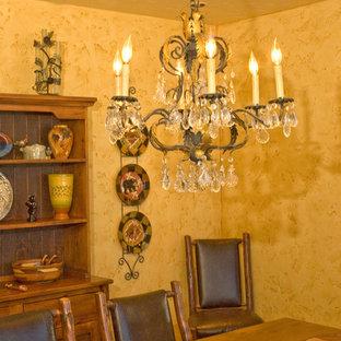 Imagen de comedor rústico, de tamaño medio, cerrado, con paredes amarillas y suelo de madera en tonos medios
