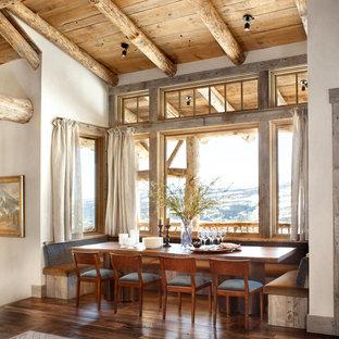 Diseño de comedor de cocina rural, de tamaño medio, con paredes blancas, suelo de madera oscura y suelo marrón