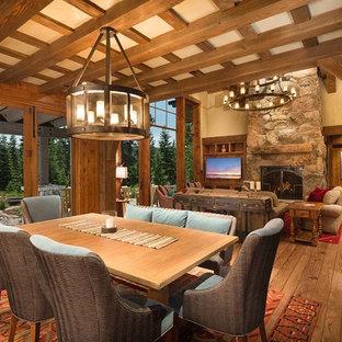 Inspiration för en stor rustik matplats med öppen planlösning, med beige väggar och mellanmörkt trägolv