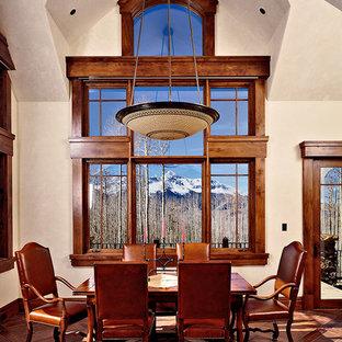 Aménagement d'une très grand salle à manger ouverte sur la cuisine classique avec un mur beige, un sol en carreau de terre cuite, aucune cheminée et un sol marron.