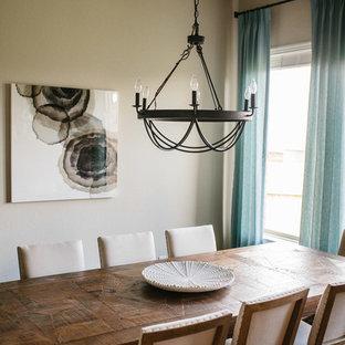 Exempel på en mellanstor maritim separat matplats, med beige väggar, mörkt trägolv och brunt golv