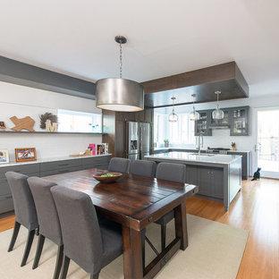Свежая идея для дизайна: кухня-столовая среднего размера в стиле неоклассика (современная классика) с белыми стенами, светлым паркетным полом и оранжевым полом - отличное фото интерьера