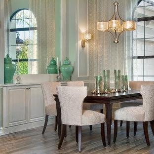 Esempio di una sala da pranzo aperta verso la cucina minimalista di medie dimensioni con pareti con effetto metallico e pavimento in gres porcellanato