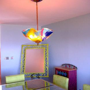 Immagine di una sala da pranzo aperta verso il soggiorno classica di medie dimensioni con pareti viola, moquette, camino classico e cornice del camino in pietra