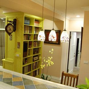 Ispirazione per una piccola sala da pranzo aperta verso la cucina stile rurale con pareti arancioni, pavimento in laminato, nessun camino e pavimento giallo
