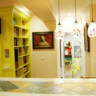 Inspiration Pour Une Petite Salle à Manger Ouverte Sur La Cuisine Chalet  Avec Un Mur Orange