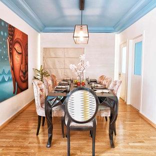 Inspiration pour une salle à manger design de taille moyenne avec un mur blanc, un sol en bois brun et un sol marron.