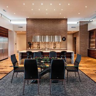 フェニックスのサンタフェスタイルのおしゃれなLDK (白い壁、無垢フローリング、茶色い床) の写真