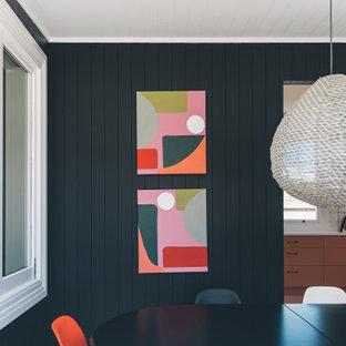 Inredning av en modern matplats, med svarta väggar, klinkergolv i keramik och flerfärgat golv
