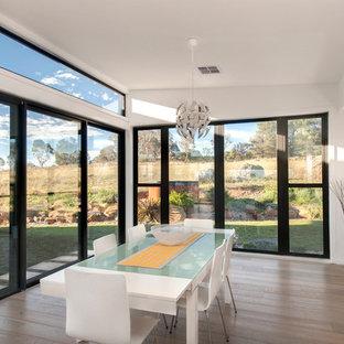 Идея дизайна: большая кухня-столовая в современном стиле с белыми стенами и светлым паркетным полом