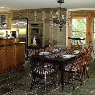 Diseño de comedor de cocina clásico, de tamaño medio, sin chimenea, con paredes blancas y suelo verde