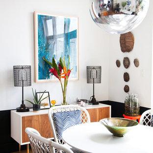 Foto di una sala da pranzo aperta verso la cucina moderna di medie dimensioni con parquet chiaro e pareti multicolore