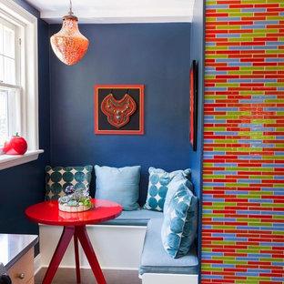 フィラデルフィアの小さいエクレクティックスタイルのおしゃれなダイニングキッチン (セラミックタイルの床、青い壁) の写真
