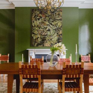 Tropisches Esszimmer mit grüner Wandfarbe, hellem Holzboden und Kamin in Chicago