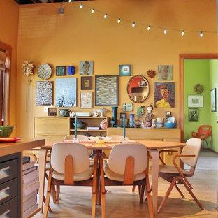 Imagen de comedor de cocina bohemio, sin chimenea, con paredes amarillas