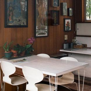Immagine di una piccola sala da pranzo moderna chiusa con pavimento in sughero