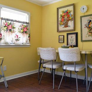 Inspiration för en eklektisk matplats, med gula väggar och mörkt trägolv