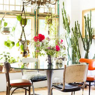 Свежая идея для дизайна: маленькая столовая в стиле фьюжн с белыми стенами и светлым паркетным полом - отличное фото интерьера