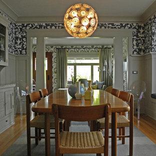 Esempio di una sala da pranzo stile americano con pareti multicolore e pavimento in legno massello medio