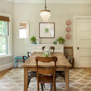 Immagine di una sala da pranzo aperta verso la cucina country di medie dimensioni con pareti beige e parquet chiaro