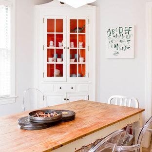 Foto de comedor bohemio con paredes blancas y suelo de madera en tonos medios