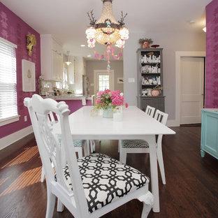 ダラスのエクレクティックスタイルのおしゃれなダイニング (濃色無垢フローリング、ピンクの壁) の写真