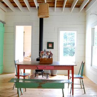 Modelo de comedor campestre con paredes blancas y estufa de leña