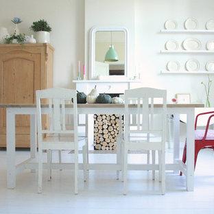 Shabby chic-inspirerad inredning av en matplats, med vita väggar och vitt golv
