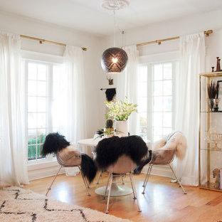 Идея дизайна: большая гостиная-столовая в стиле фьюжн с белыми стенами и паркетным полом среднего тона без камина