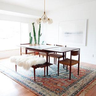Diseño de comedor retro, de tamaño medio, sin chimenea, con paredes blancas y suelo de madera clara