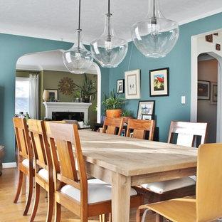 Imagen de comedor bohemio con paredes azules