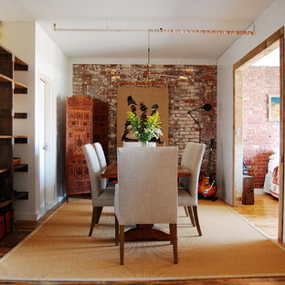 Imagen de comedor industrial con paredes blancas y suelo de madera oscura