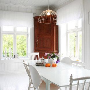 Exemple d'une salle à manger scandinave avec un mur blanc, un sol en bois peint et un sol blanc.