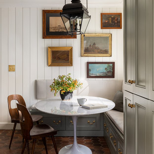 Exemple d'une salle à manger ouverte sur la cuisine chic avec un mur blanc et un sol rouge.