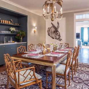 Großes, Geschlossenes Tropenstil Esszimmer mit beiger Wandfarbe und braunem Holzboden in New York