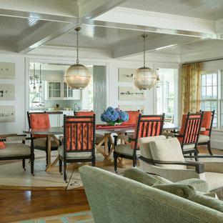 Idee per una sala da pranzo aperta verso il soggiorno vittoriana con pareti bianche e pavimento in legno massello medio