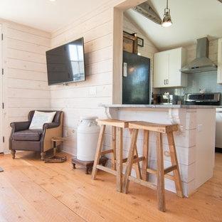 Ejemplo de comedor de cocina pequeño con paredes beige, suelo de madera clara y suelo amarillo