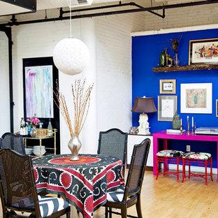 Imagen de comedor bohemio con paredes azules y suelo de madera clara
