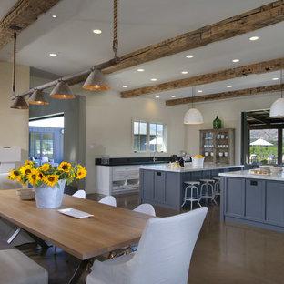 サンフランシスコのトランジショナルスタイルのおしゃれなダイニングキッチン (白い壁、コンクリートの床) の写真