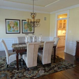 Immagine di una sala da pranzo design con pareti gialle, parquet scuro e pavimento blu